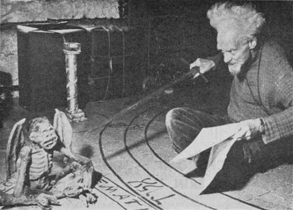 Gerald Gardner en pleno ritual mágico