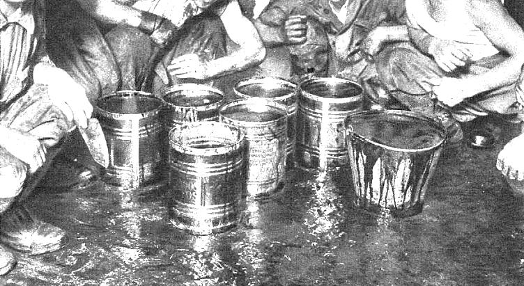 Un grupo de hombres, retratados por  Estampa , con sus cubos llenos de sangre.