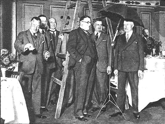 Una imagen del Club del Trece antes de su reunión. Sus miembros debían pasar previamente bajo una escalera, vierten un salero y se protegen con un paraguas