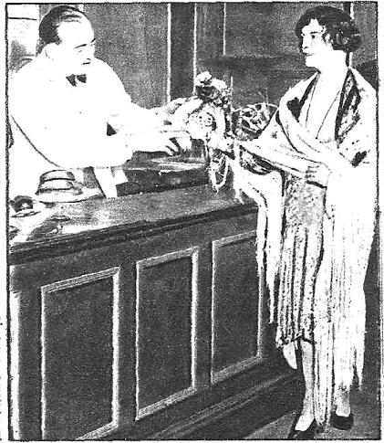 En la imagen podemos ver a Meyrick, una mujer muy conocida por los clubes más sórdidos del Londres de principios de siglo. Un camarero le entrega una herradura como amuleto. Meyrick acababa de salir de la cárcel