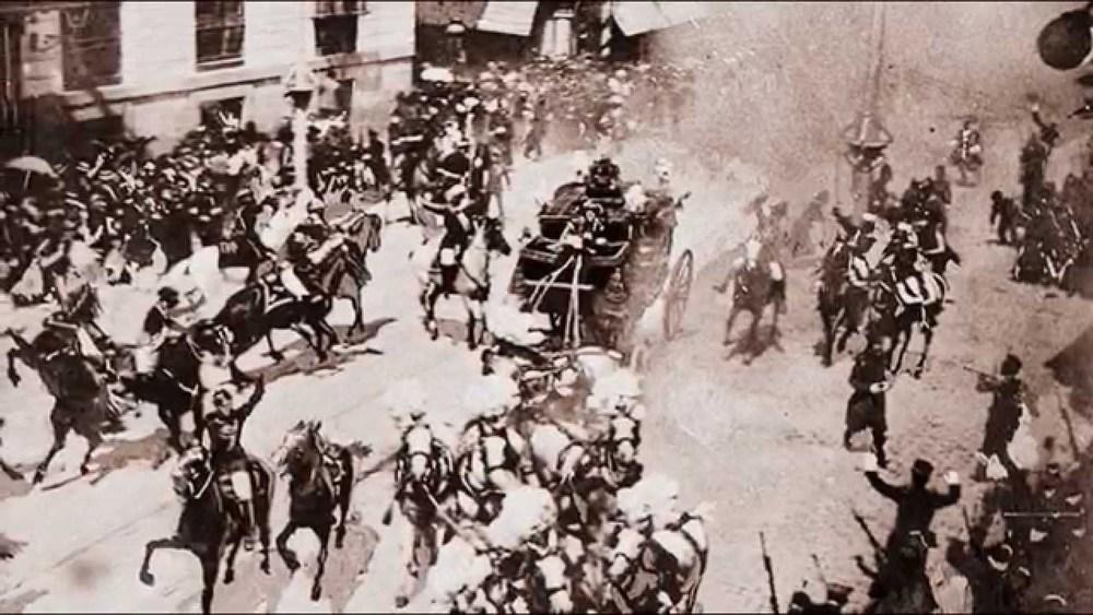 Fotografía que muestra el momento en que Mateo Morral lanza su bomba.