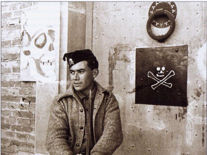 Un miembro del Batallón de la Muerte junto a uno de sus cuarteles improvisados
