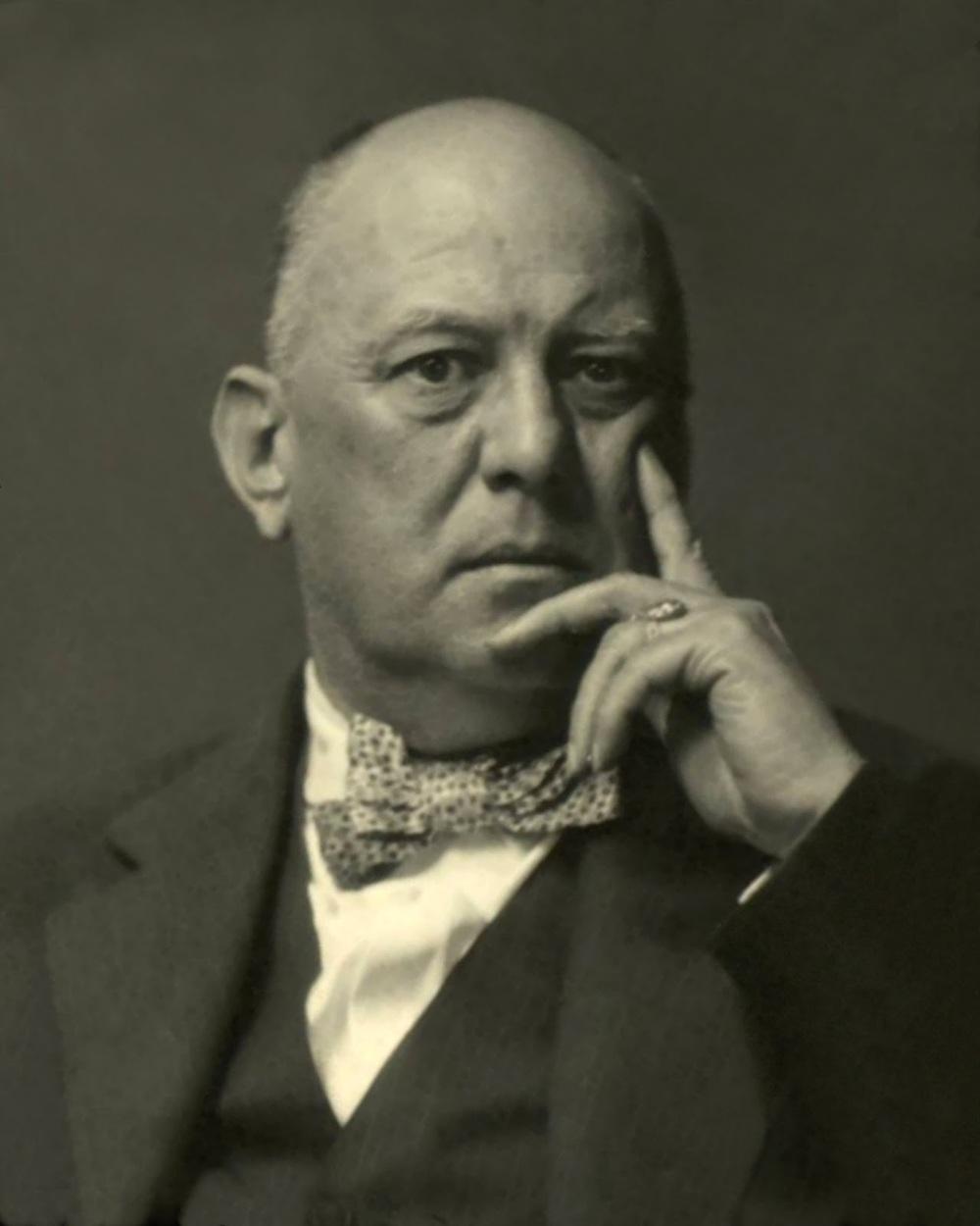 Retrato de un Aleister Crowley maduro