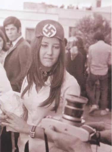 Una asistente es fotografiada con una esvástica en el centro de su gorra