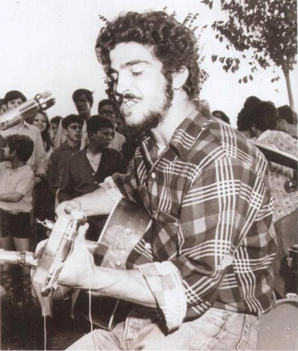Actuación de un cantante americano, desertor de Vietnam, en el Festival de Moya