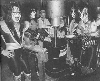 La banda junto al bidón de tinta en el que supuestamente se mezcló su auténtica sangre con tinta
