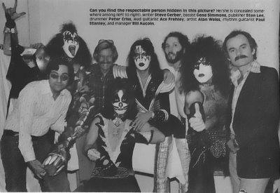 Los integrantes de la banda y su manager (Bill Aucoin)junto a Stan Lee,Steve Gerber y el dibujante Alan Weiss