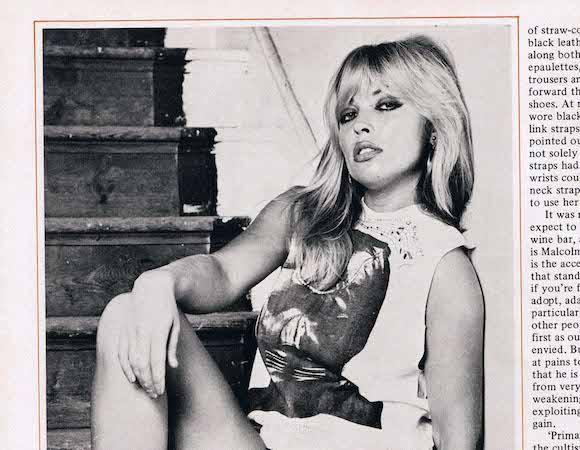 La modelo Susan Shaw posa con la camiseta del violador de Cambridge para una revista de adultos (1975)