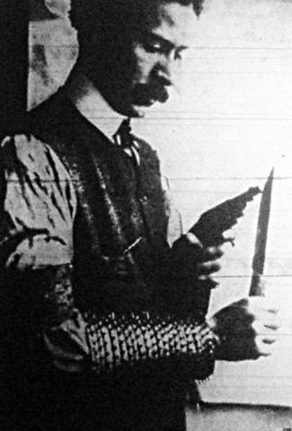 Liabeuf fabricando sus armas