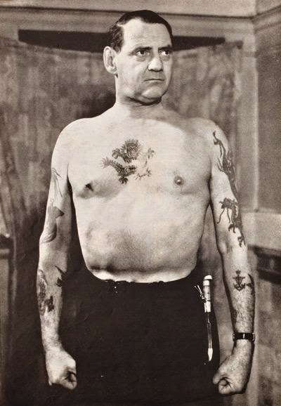Federico IX de Dinamarca, luciendo sus tatuajes marineros.
