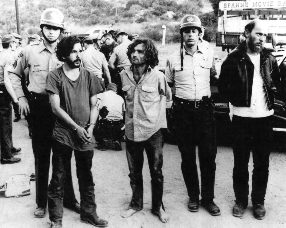 DeCarlo, a la izquierda, junto a Manson, ambos esposados y en el momento de su detención.