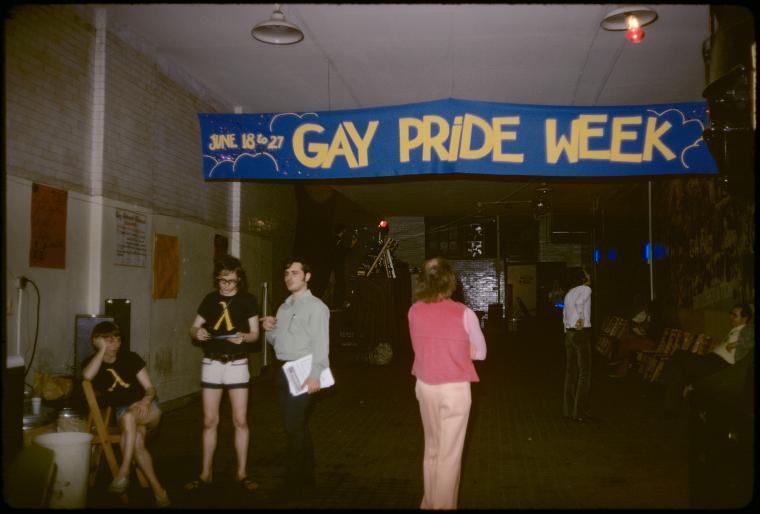 Pancarta anunciando en Orgullo Gay y el baile del Gay Activists Alliance (Firehouse, 1971). Fotografía de Diana Davies