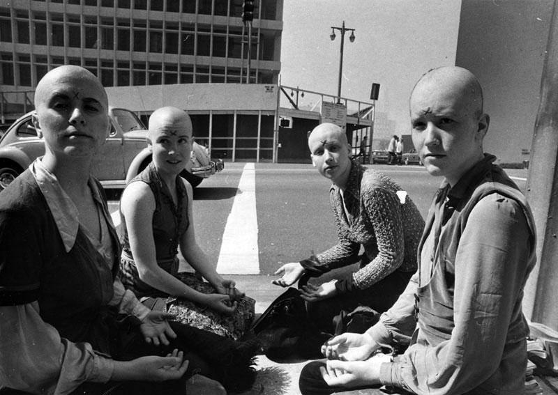 Gillies, en compañía de otras integrantes de La Familia, concentradas a las puertas del juzgado mientras Manson declaraba.