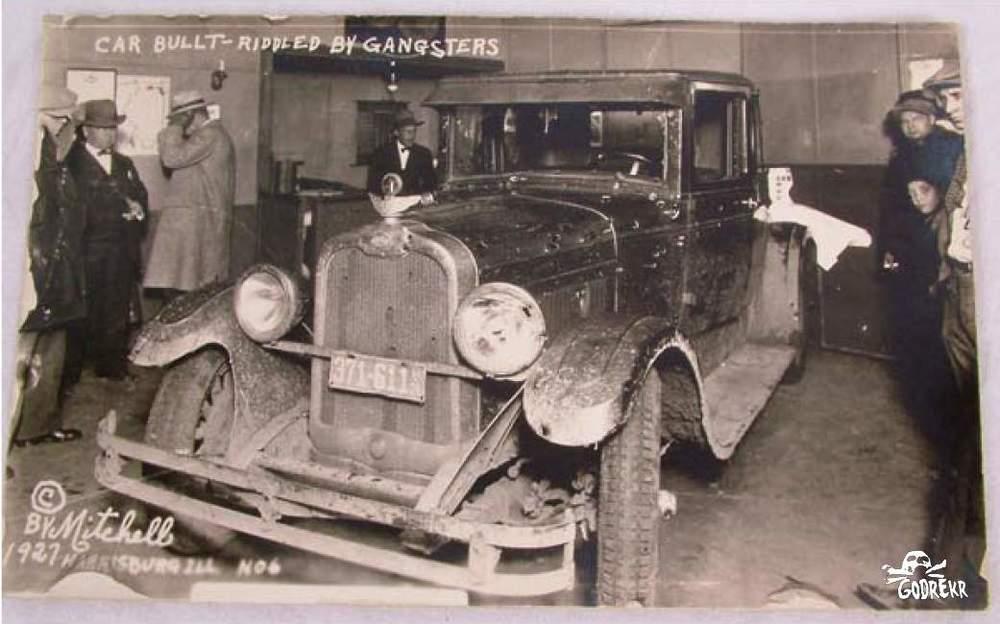 Un coche de la banda de Charlie tiroteado y fotografiado por la prensa