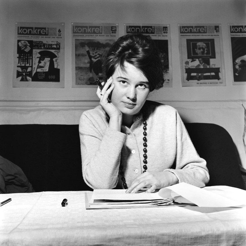 Ulrike Meinhof en la redacción del periódico izquierdista Konkret, en el que trabajaba, a finales de los sesenta