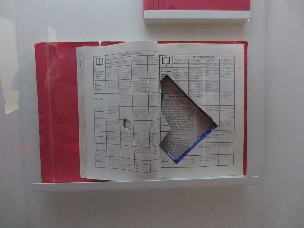 Libro con arma oculta incautado a la RAF