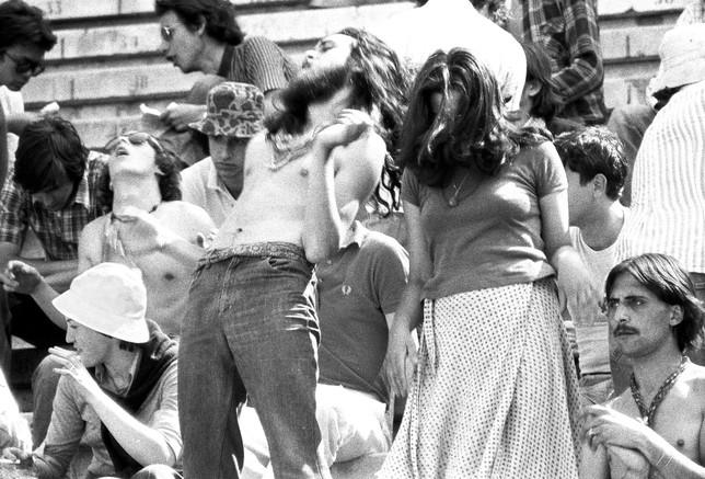 Una pareja baila en las gradas de la plaza de toros. Fotografía de Pep Rigol
