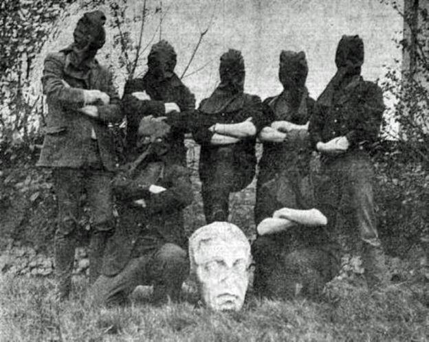 Los ladrones posan encapuchados frente a la cabeza de Nelson