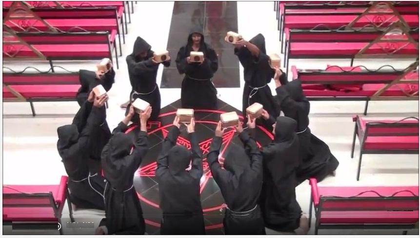 Adeptos a la iglesia satánica de Rizo en pleno ritual