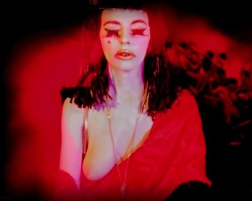 Una de las icónicas imágenes de Cameron como Mujer Escarlata en Inauguration of a Pleasure Dome de Kenneth Anger (1954)