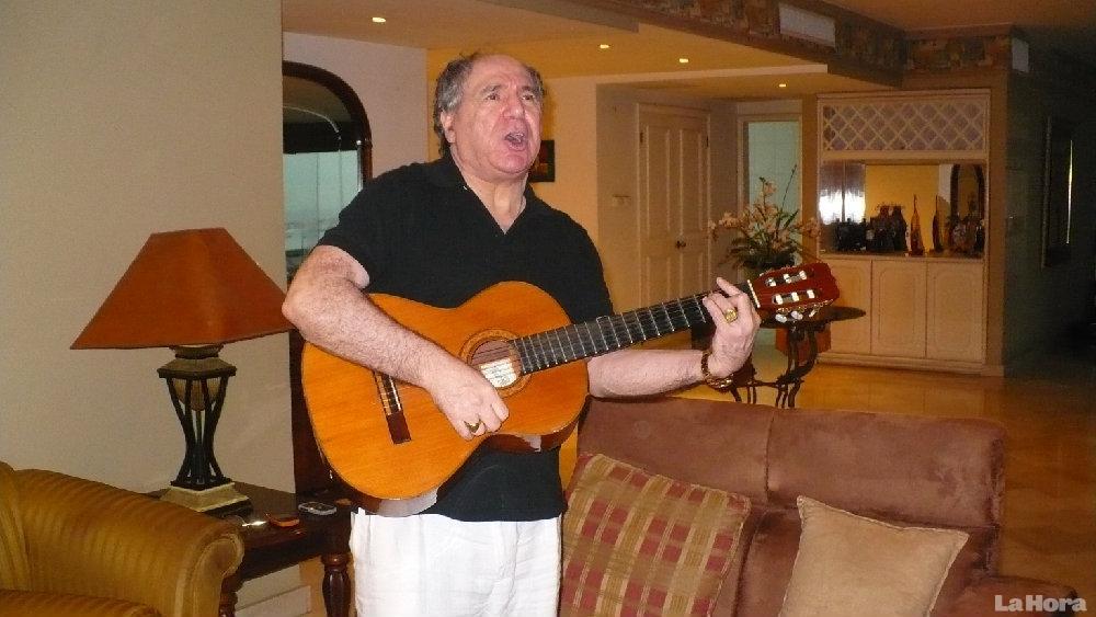 Ya en el exilio, sigue con su afición a la música