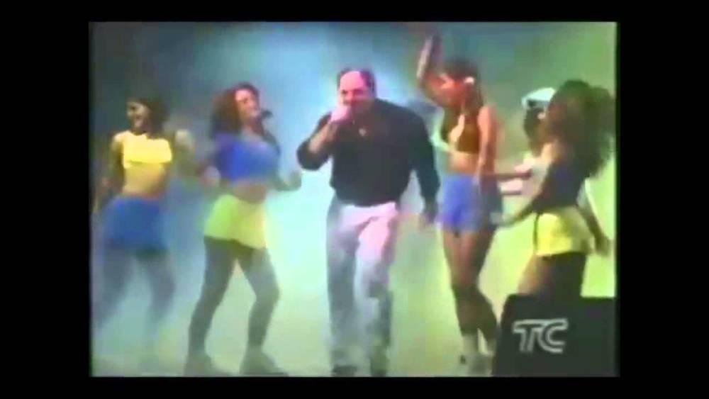 El presidente cantando en un programa de televisión