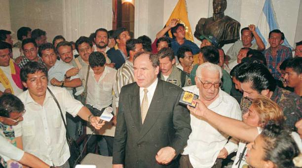Rueda de prensa. Bucaram, furioso, denuncia un golpe de Estado