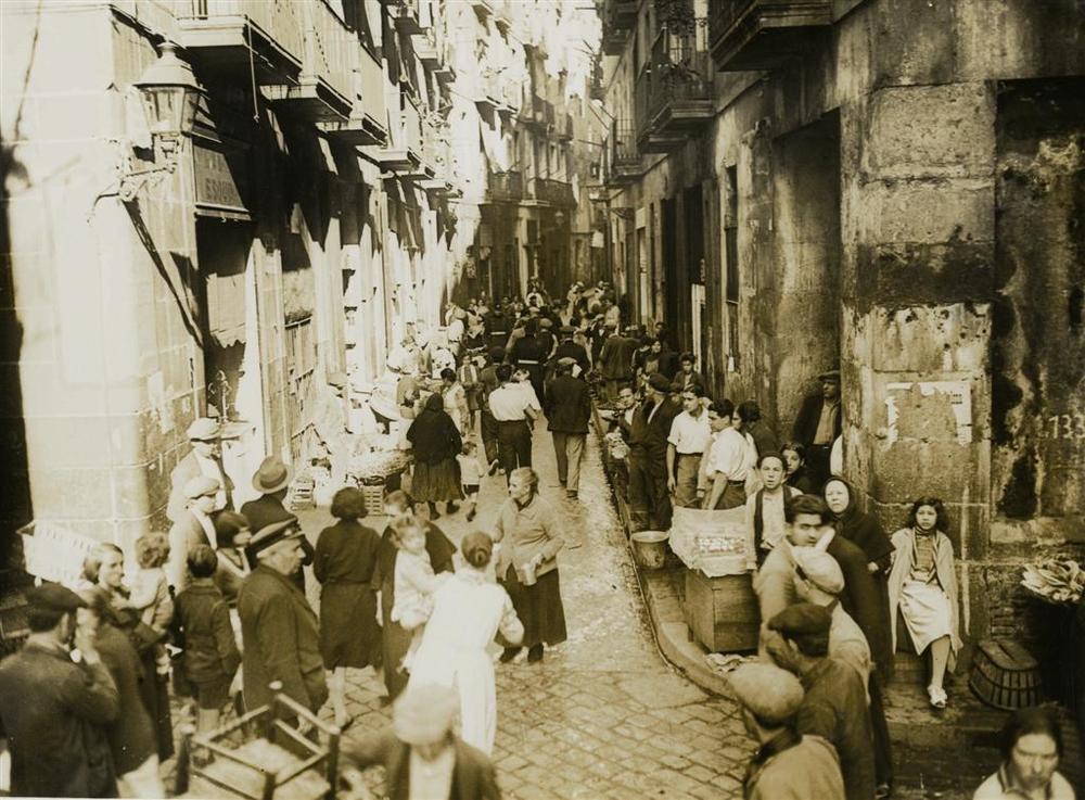 Mercado callejero en el barrio Chino de Barcelona. Fotografía de Josep Domínguez