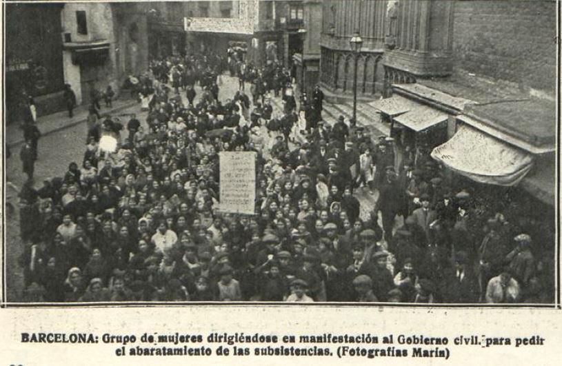 Manifestación de mujeres marchando al Gobierno Civil