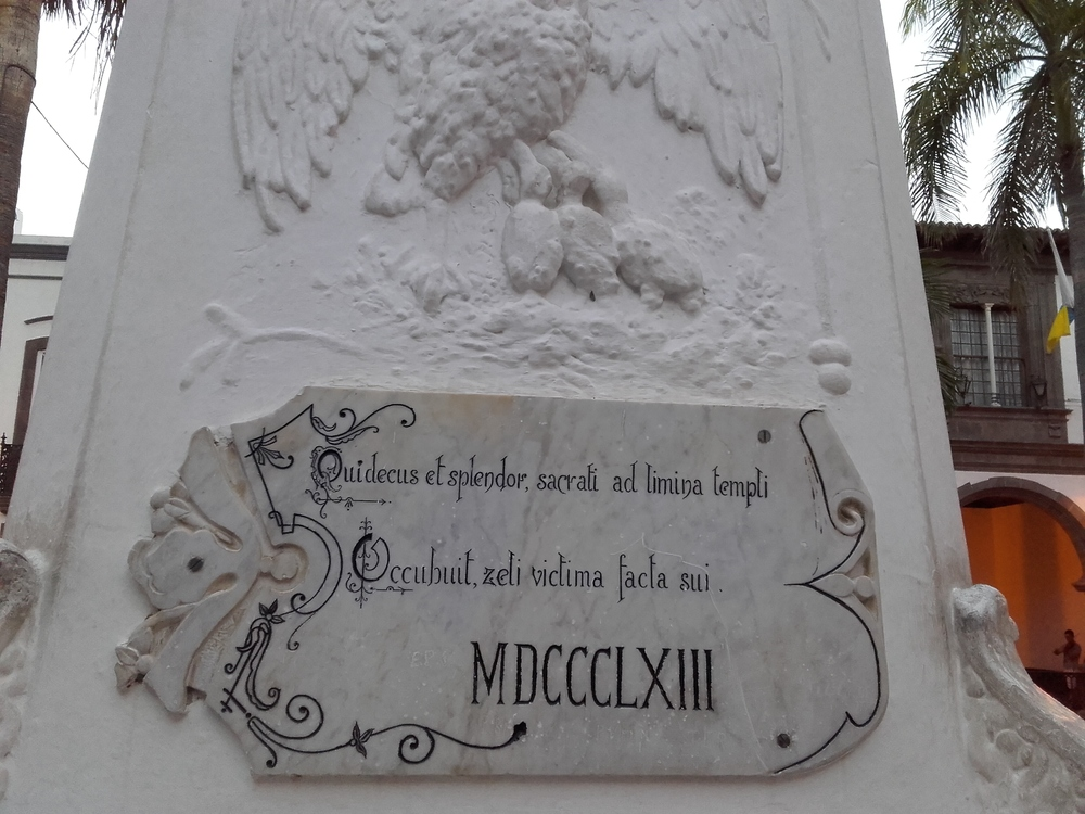 Inscripción en uno de los laterales del escultura del padre Díaz