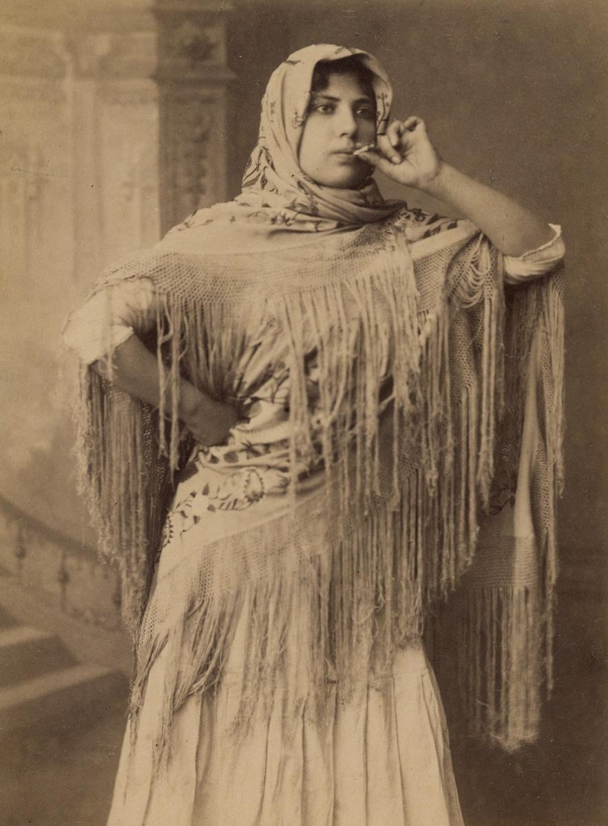 Cigarrera fumando (Anónimo, 1880)