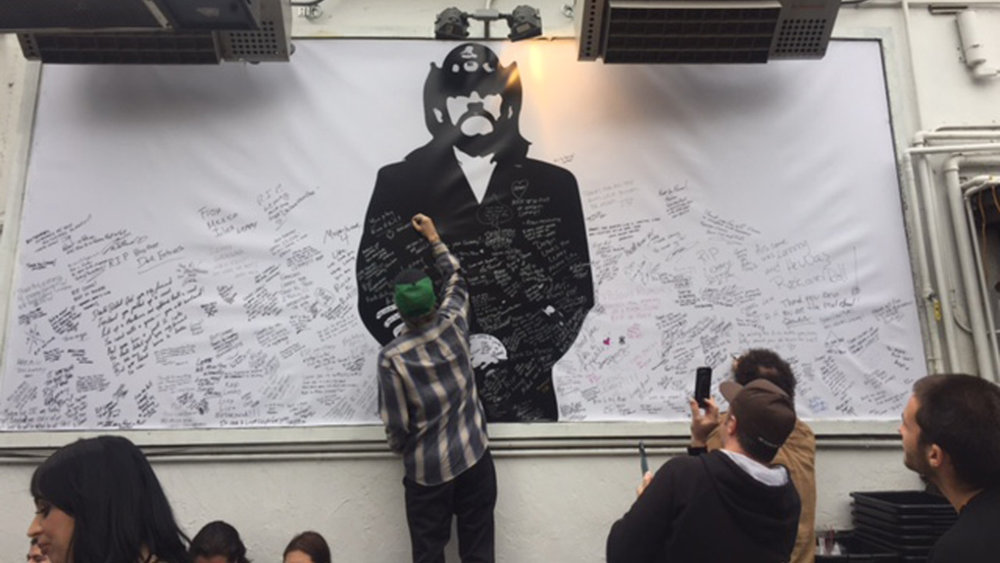 Los fans de Lemmy en el Rainbow de West Hollywood, Los Ángeles