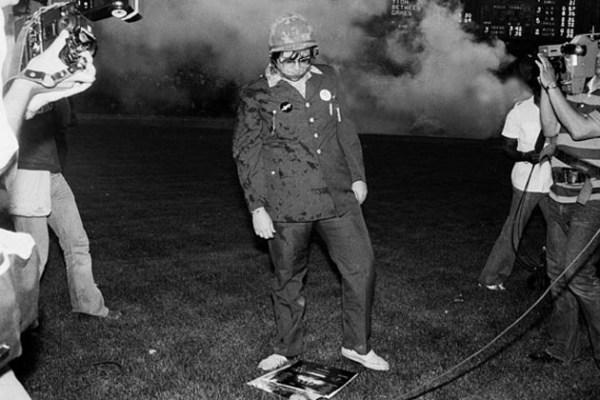 Dahl, vestido con ropa militar, tras la  destrucción  de la música disco