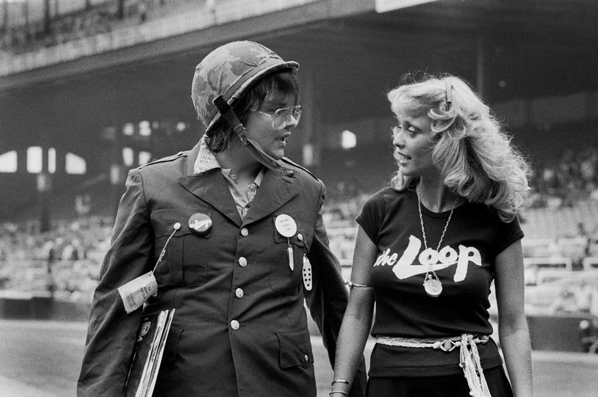 Instantes antes de la quema. Dahl llevando bajo el brazo vinilos de música disco junto a la modelo Loreli, copresentadora del evento