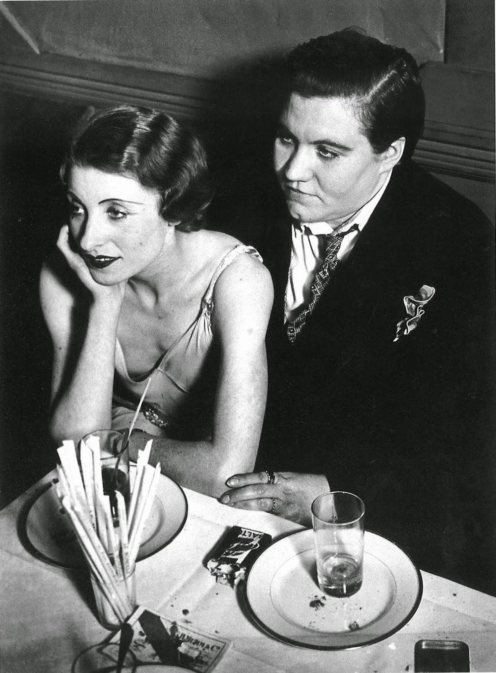 Violette Morris, a la derecha con traje oscuro, en El Monóculo