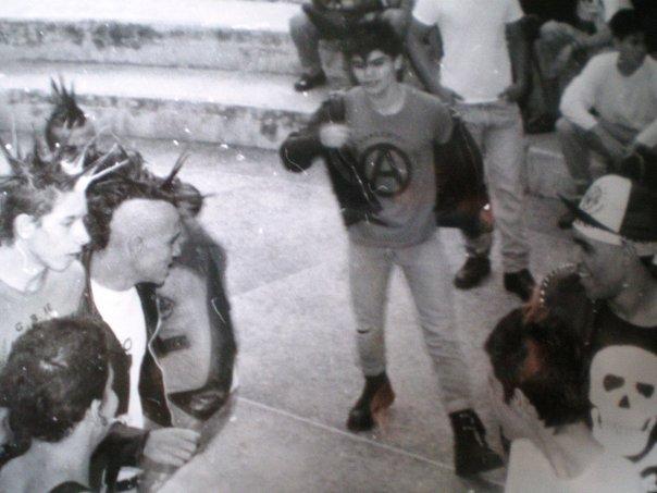 Miguel «Culebra» Vivenes de perfil, con camisa blanca y chaqueta negra de cuero, en un concierto en el Museo Alejandro Otero de Caracas