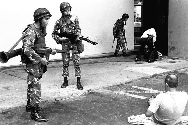 Tropas leales al gobierno de Carlos Andrés Pérez detienen a civiles durante el alzamiento