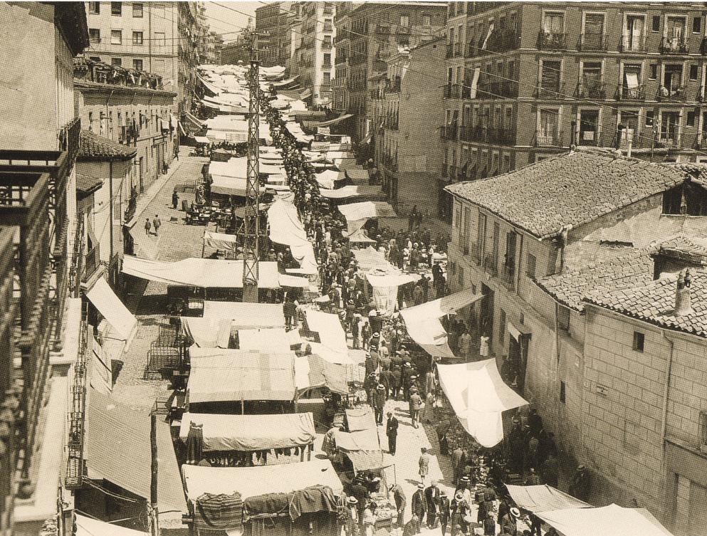 Ribera de Curtidores, en el barrio de Lavapiés, durante un domingo de rastro de 1900