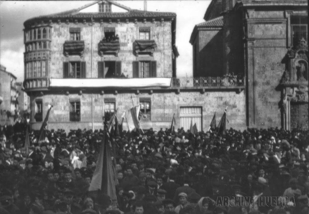 Estudiantes y obreros protestan en la plaza de Anaya de Salamanca.Fotografía de Luis G. de la Huebra