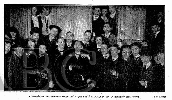 Comisión de estudiantes madrileños que marchó hasta Salamanca para entregar una corona de flores por los fallecidos. ABC, 9 de abril de 1903