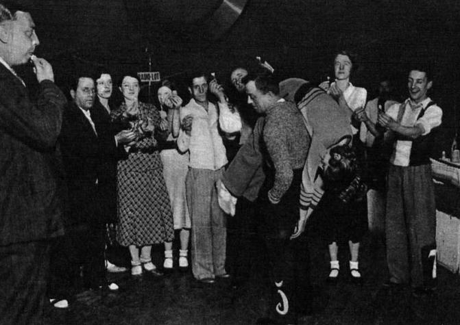 Una pareja desmayada durante el evento celebrado en el Teatro Olympia de Barcelona ( Mundo Gráfico )