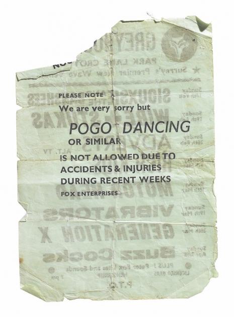 Advertencia en una entrada de un concierto de Vibrators y Generation X prohibiendo el baile del pogo.