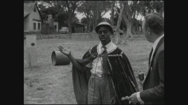 Nkosolo, ataviado con casco y capa, habla ante las cámaras