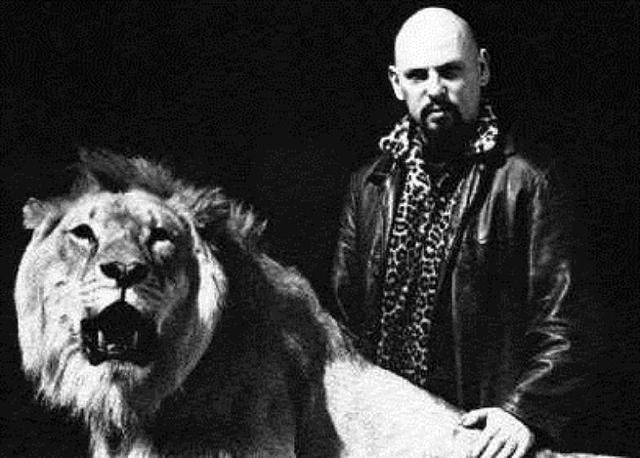 Anton La Vey junto a la leona con la que vivía