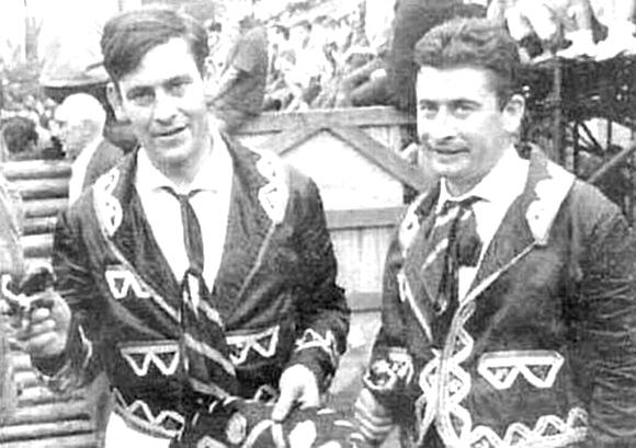 Jon Idígoras, a la izquierda de la imagen, vestido de faena y con una oreja en la mano derecha