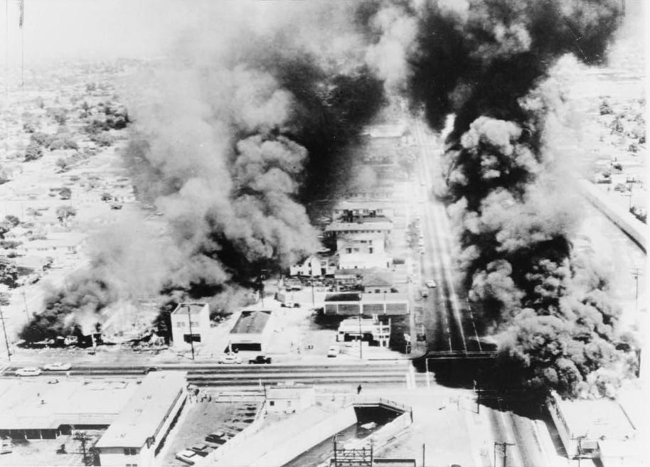 Aspecto aéreo del centro de Watts durante los disturbios