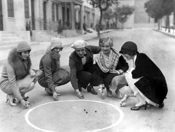 Brooks, la primera a la izquierda, con su imagen flapper en 1927
