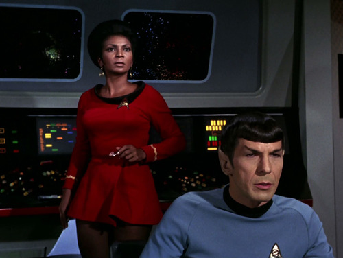 Uhura junto a Spock