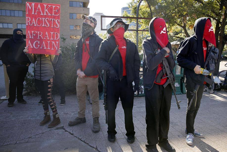 Miembros de los Red Guards armados el 19 de noviembre.