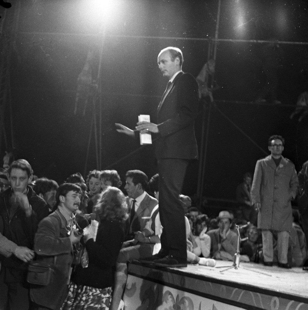 Subido a lo alto del escenario, Montagu intenta calmar los ánimos